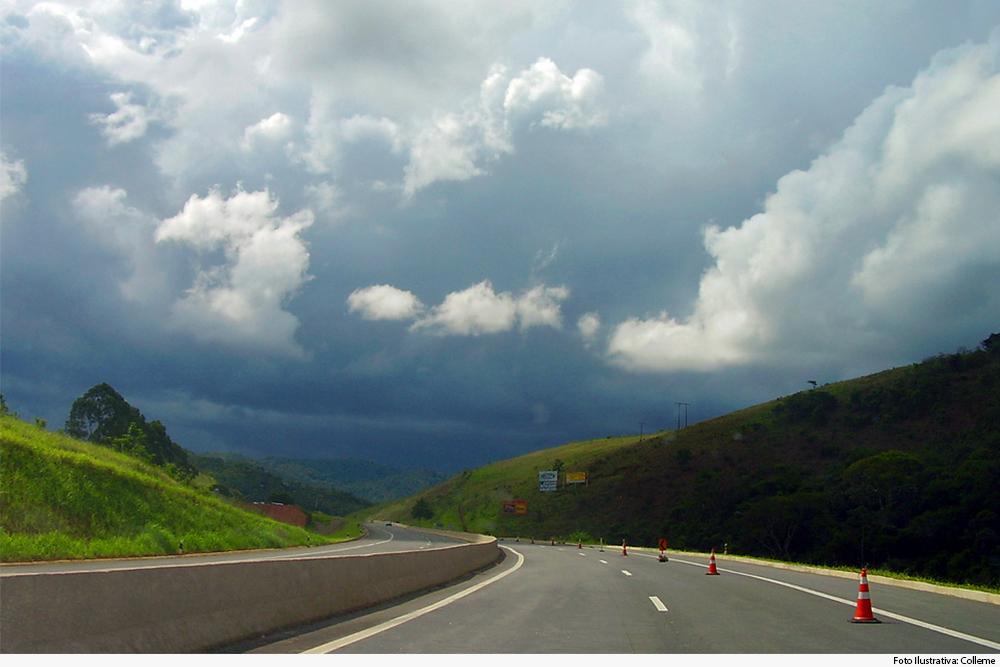 Vista de rodovia BR-040 com a serra ao fundo