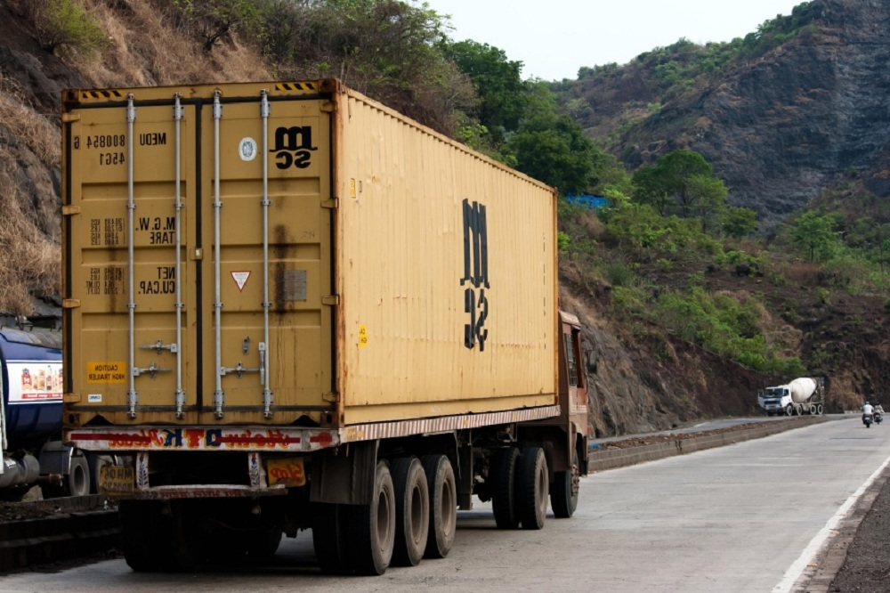 Caminhão de mudança em rodovia