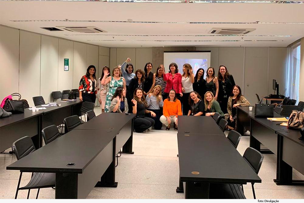 Grupo de 16 magistradas em gabinete em evento em Brasília