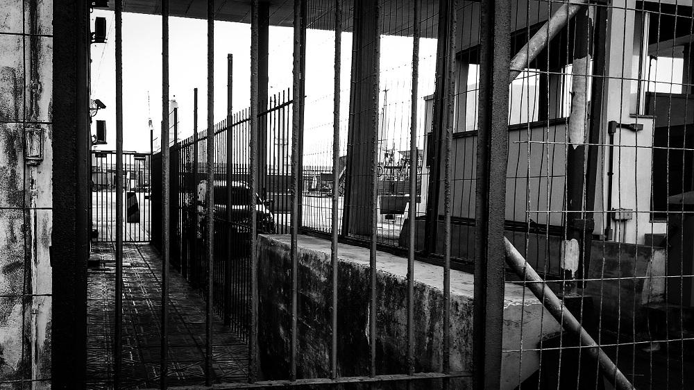 Imagem ilustrativa de entrada de prisão