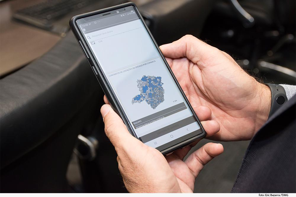 celular com o painel de gestão de contratos