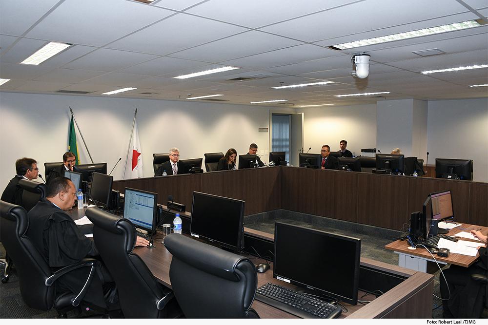 Foto mostra vários juízes distribuídos em volta de mesa