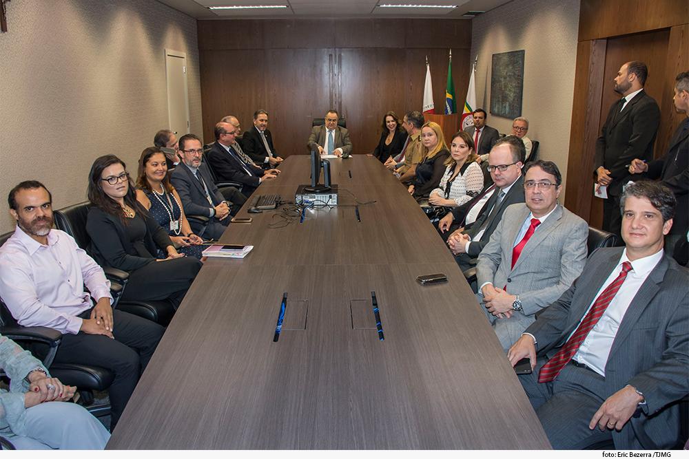 mesa com presidente, desembargadores e diretores