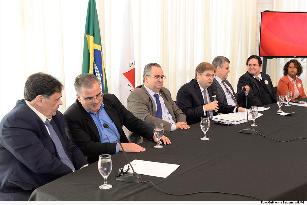 mesa com vários homens