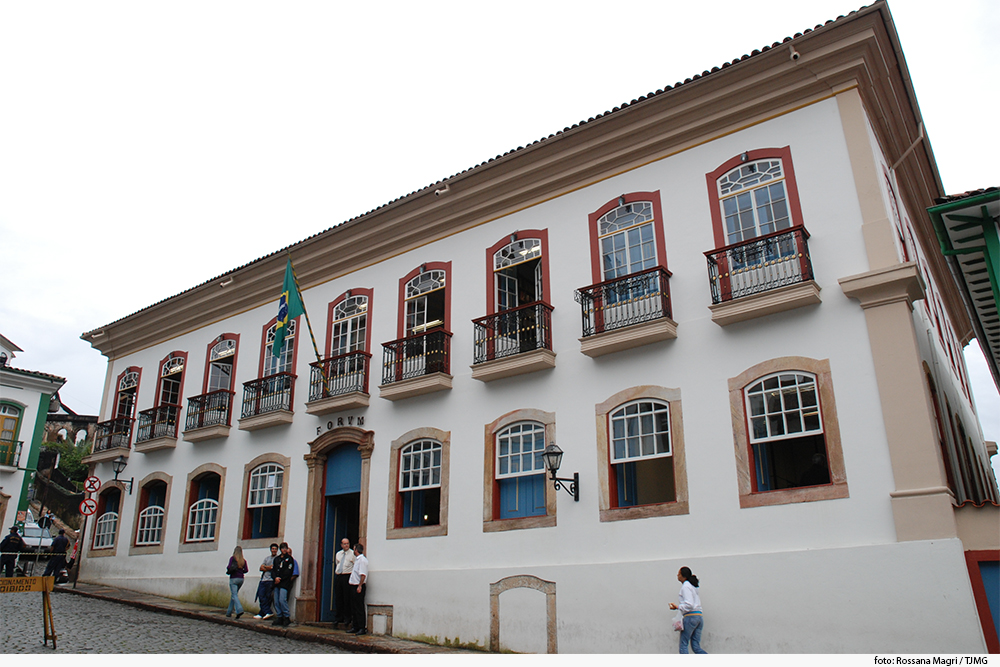 Foto mostra prédio de dois andares com várias janelas coloniais
