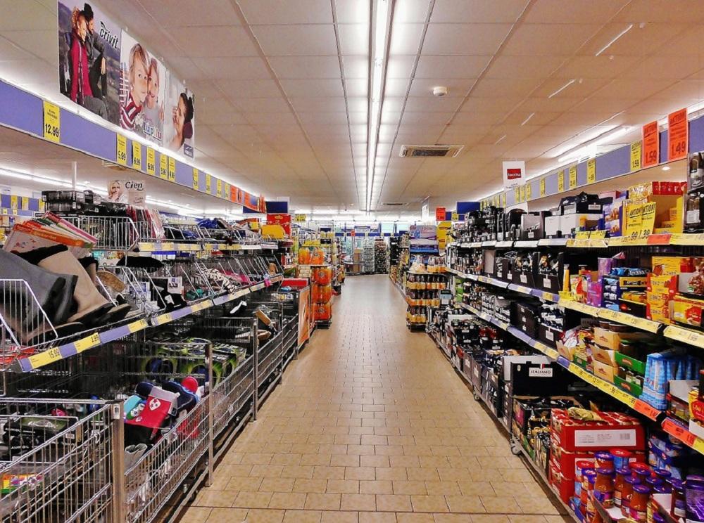 Gôndola de supermercado com produtos