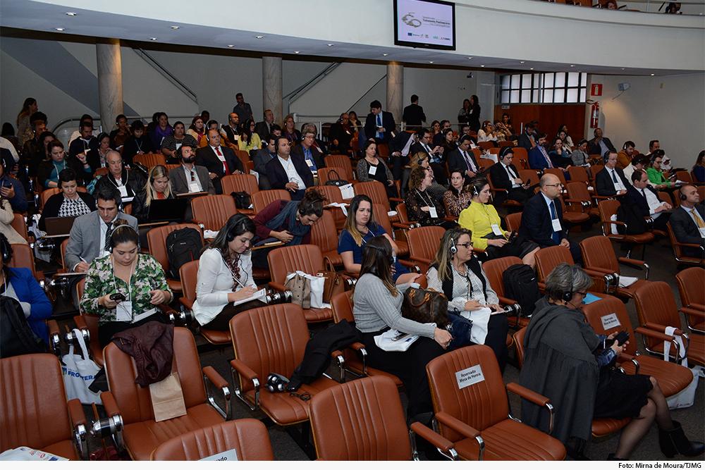 Plateia em auditório acompanha debates