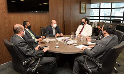 O presidente Gilson Soares Lemes conduz reunião de trabalho para discussão de assuntos internos