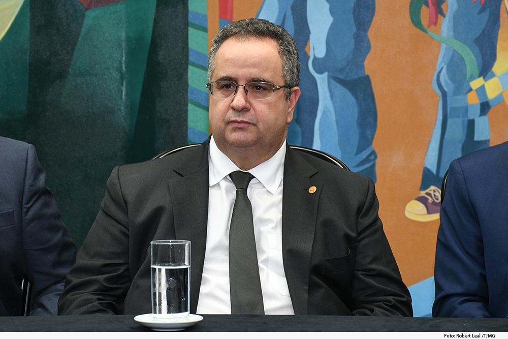 Foto mostra presidente do TJMG Nelson Missias de Morais