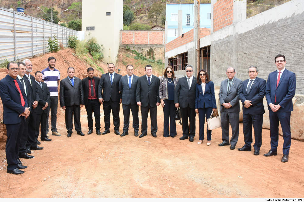 Grupo de autoridades em canteiro de obras