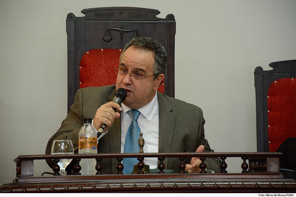 Foto mostra homem discursando com microfone na mão
