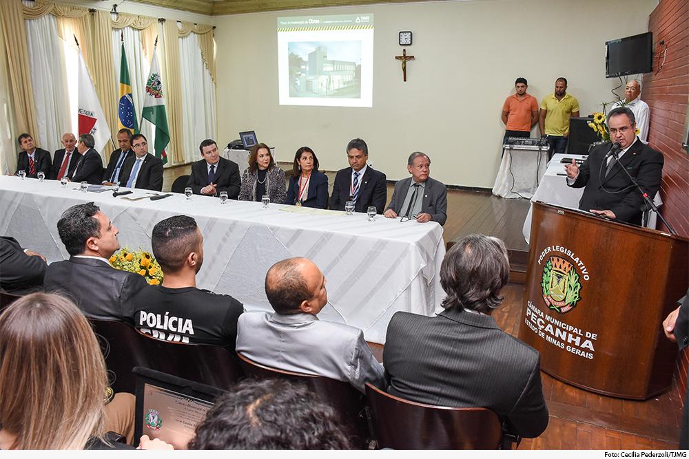Presidente discursa em trinua diante de mesa de autoridades