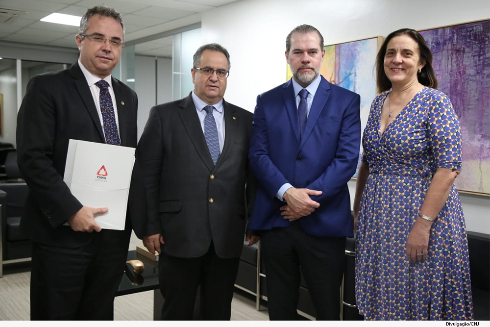 O juiz auxiliar da Presidência do TJMG Luiz Carlos Rezende e Santos, os presidentes Nelson Missias de Morais (TJMG), Dias Toffoli (STF) e a conselheira Maria Tereza Uille