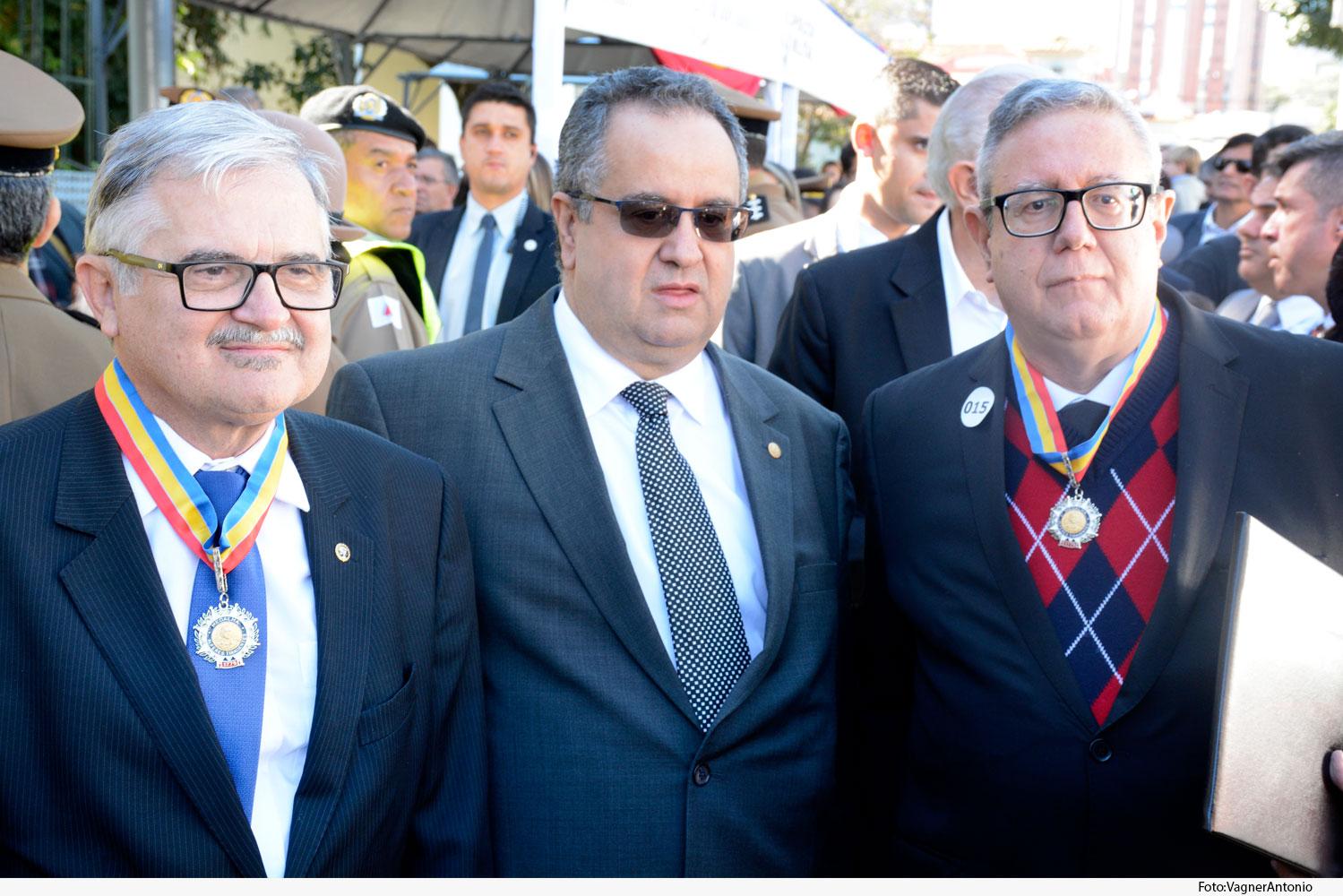 Noticia3-Medalha-Alferes-Tiradentes.Des-Caldeira-Brant.Presidente_-Juiz-Everton-Vilarion-de-souza-07.06.19.jpg
