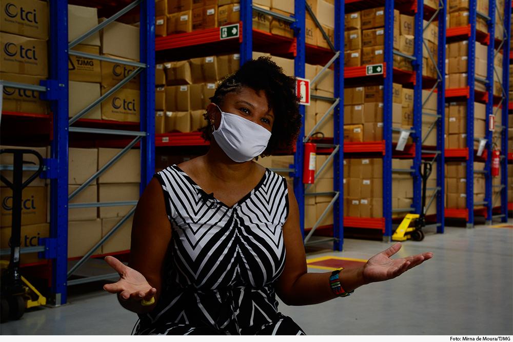 A gerente da Gedoc, Simone Meirelles Chaves, disse que o trabalho manterá a história viva (Mirna de Moura/TJMG)