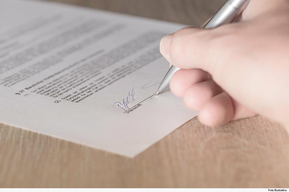 noticia-mulher-assinatura-documento-29.06.20.jpg