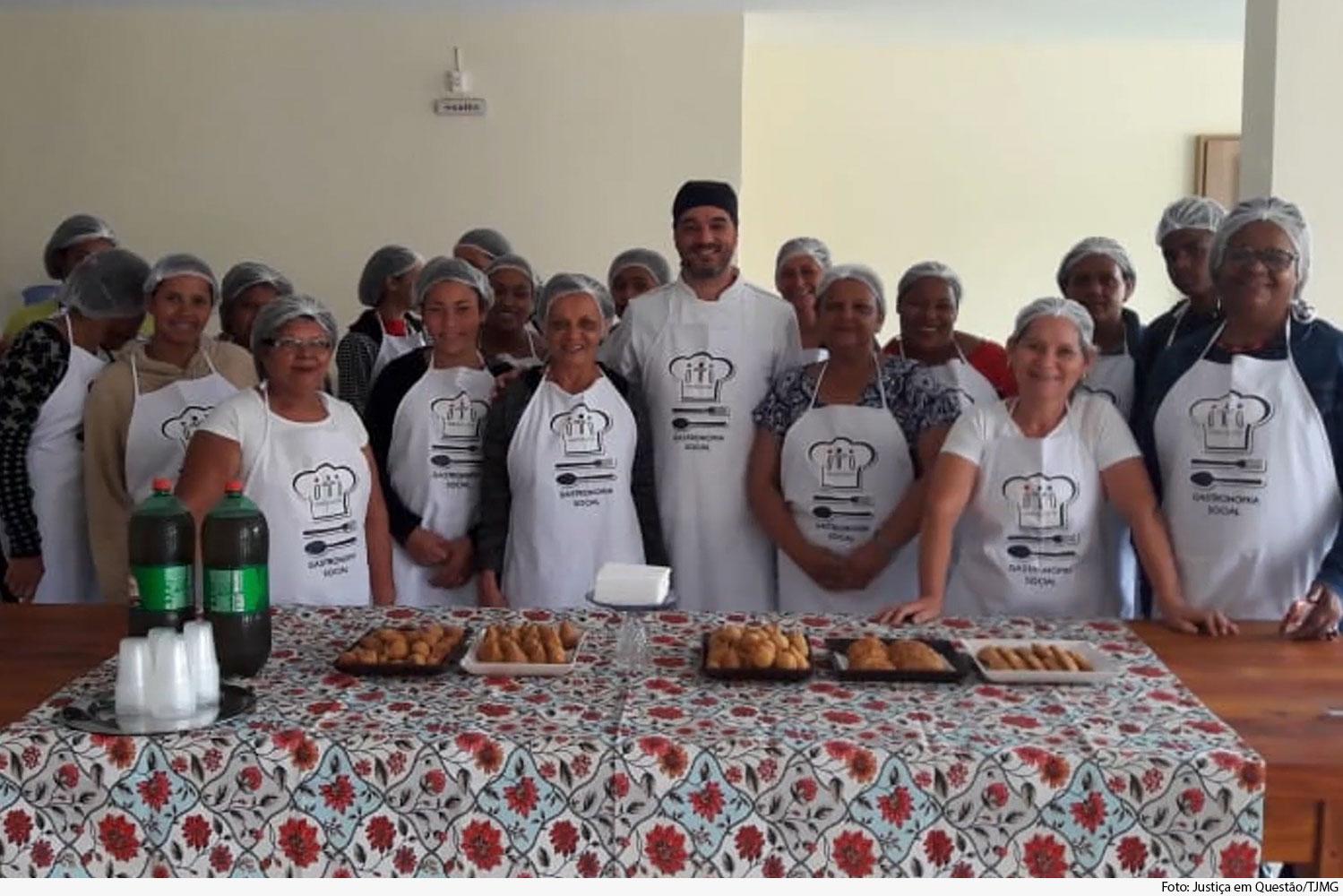 Mulheres participantes do projeto Empodere, de Guanhães, posam para foto.