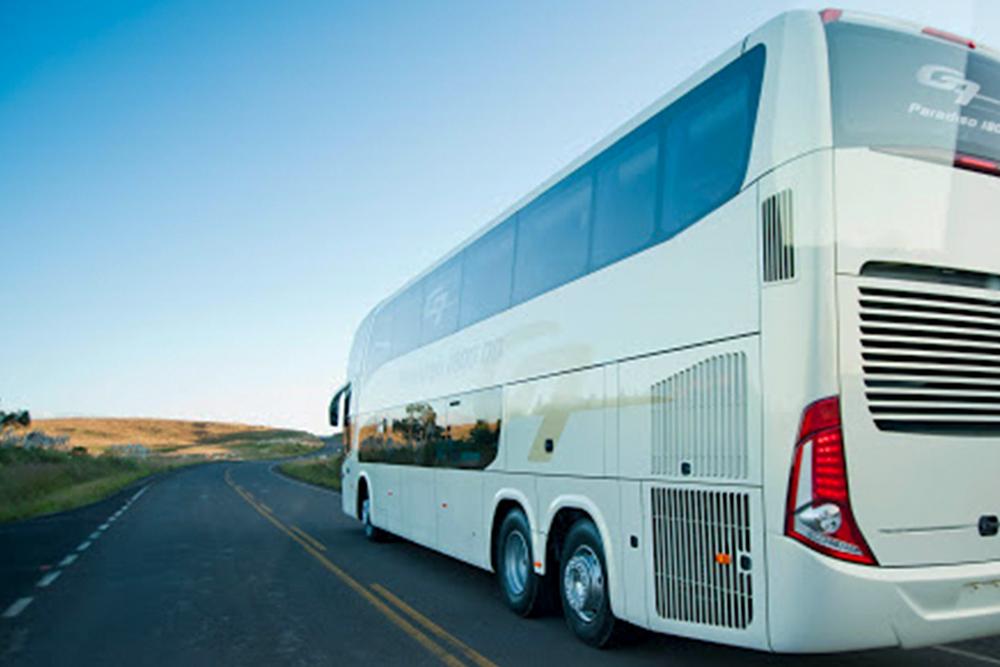 Ônibus em rodovia