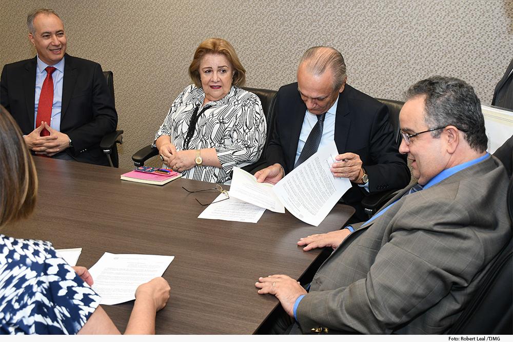 noticia2-assinatura-portaria-procuradora-cnj.jpg